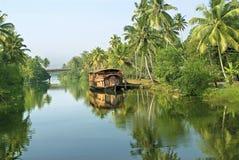 在死水的登陆的居住船 免版税图库摄影