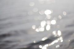 在水的Bokeh 抽象背景 免版税图库摄影