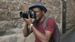 在他的dslr照相机的非洲愉快的旅游采取的照片 旅行在欧洲的年轻人 股票视频