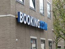 在他们的headoffice (阿姆斯特丹)的Booking.com商标 免版税库存照片