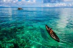 在他们的Sampan - Mabul海岛,马来西亚上的海吉普赛孩子 免版税库存图片