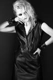 在黑皮革礼服的大胆的女孩模型,样式  库存照片