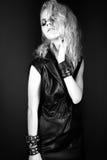 在黑皮革礼服的大胆的女孩模型,样式  免版税库存图片