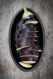 在黑盘的切的茄子 免版税图库摄影