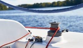 在绞盘的板料游艇 免版税图库摄影