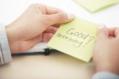 在黏着性纸的早晨好文本 库存图片