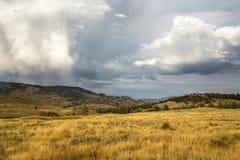 在黄石公园的五颜六色的领域,怀俄明的暴风云 库存照片