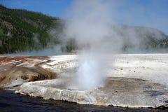 在黄石公园的美丽的破火山口 免版税库存照片