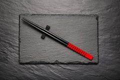 在黑石背景的两双筷子与copyspace 库存图片