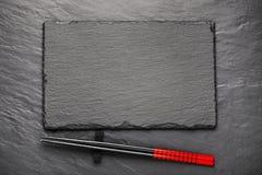 在黑石背景的两双筷子与copyspace 图库摄影