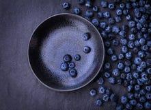在黑石背景的摘的蓝莓 免版税图库摄影