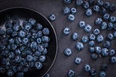 在黑石背景的摘的蓝莓 库存图片