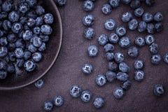 在黑石背景的摘的蓝莓 库存照片