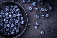 在黑石头的新鲜的摘的蓝莓 免版税库存照片