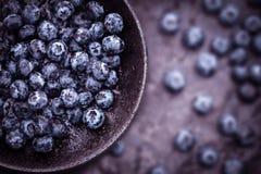 在黑石头的新鲜的摘的蓝莓 免版税图库摄影