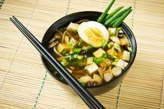 在黑碗的日本大酱汤 免版税图库摄影