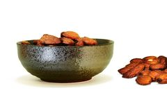 在黑碗的杏仁快餐 免版税库存图片