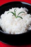 在黑碗的白米在红色桌布 图库摄影