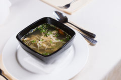 在黑碗的鲜美热的辣汤 库存图片