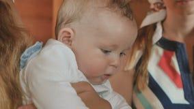 在洗礼期间,礼拜式孩子迅速移动并且微笑 股票视频