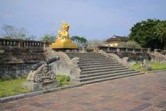 在紫禁城的大阳台的雕塑金黄龙 颜色 免版税库存图片