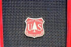在1940年福特霍华德木桶匠消防车的美国林业局象征 图库摄影