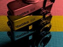 在3种颜色的古色古香的照片照相机 免版税库存照片