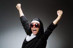 在滑稽的概念的人佩带的尼姑衣物 免版税库存图片