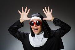 在滑稽的概念的人佩带的尼姑衣物 免版税库存照片