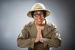 在滑稽的概念的人佩带的徒步旅行队帽子 免版税图库摄影