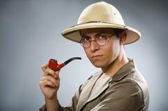 在滑稽的概念的人佩带的徒步旅行队帽子 免版税库存照片