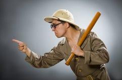 在滑稽的概念的人佩带的徒步旅行队帽子 库存照片