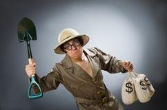 在滑稽的概念的人佩带的徒步旅行队帽子 库存图片