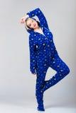 在滑稽的睡衣的美好的女孩跳舞 免版税库存照片
