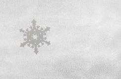 在冻窗口的雪与雪花 库存图片