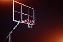 在黑竞技场背景的篮球houp 免版税库存图片