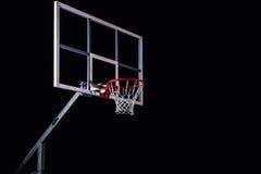 在黑竞技场背景的篮球houp 免版税库存照片