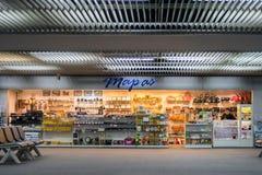 在终端门的礼品店在廊曼机场 免版税库存图片