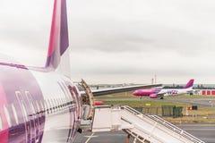 在终端门附近的飞机准备好起飞 库存图片