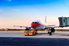 在终端附近的飞机在机场 免版税库存图片