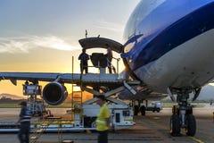 在终端附近的飞机在机场 库存图片