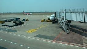 在终端霍尔在樟宜机场中,新加坡的民用飞机 影视素材