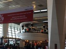 在终端3的免税店英迪拉・甘地国际机场的在德里,印度 库存照片
