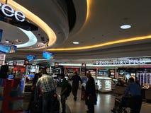 在终端3的免税店英迪拉・甘地国际机场的在德里,印度 免版税库存照片
