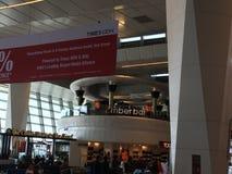 在终端3的免税店英迪拉・甘地国际机场的在德里,印度 免版税库存图片