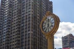 在200第五大道的边路时钟在纽约 免版税库存图片