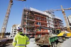 在建筑业里面的勘测的工程师 免版税图库摄影