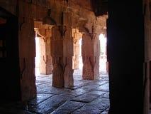 在建筑学的红砂岩柱子, Pattadakal,卡纳塔克邦,印度 库存图片