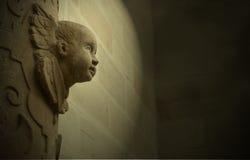 在建筑学雕刻的天使面孔 库存照片