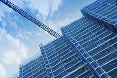 在建筑工作的一台起重机 高绞刑台结构从下面 免版税库存图片